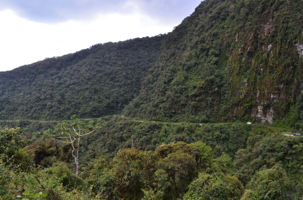 Radikal wurde die Todesstraße von La Paz in die steilen Felsenwände gehauen.