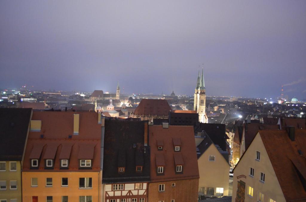 Panorama über das weihnachtliche Nürnberg: Von der Kaiserburg, der St. Lorzenkirche oder einem Parkhaus.