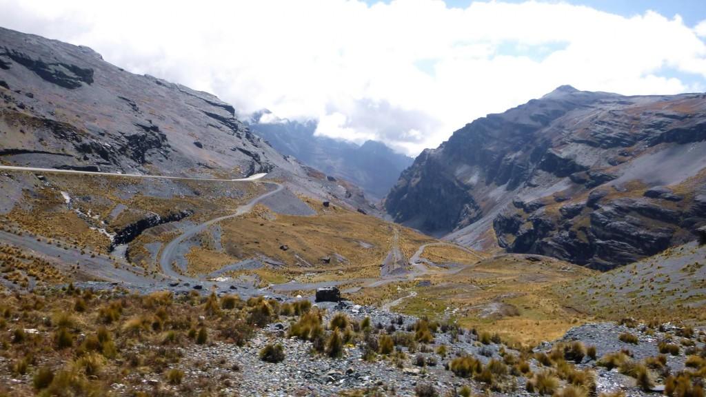 Erster Abschnitt der Todesstraße von La Paz durch schroffe Bergwelten.