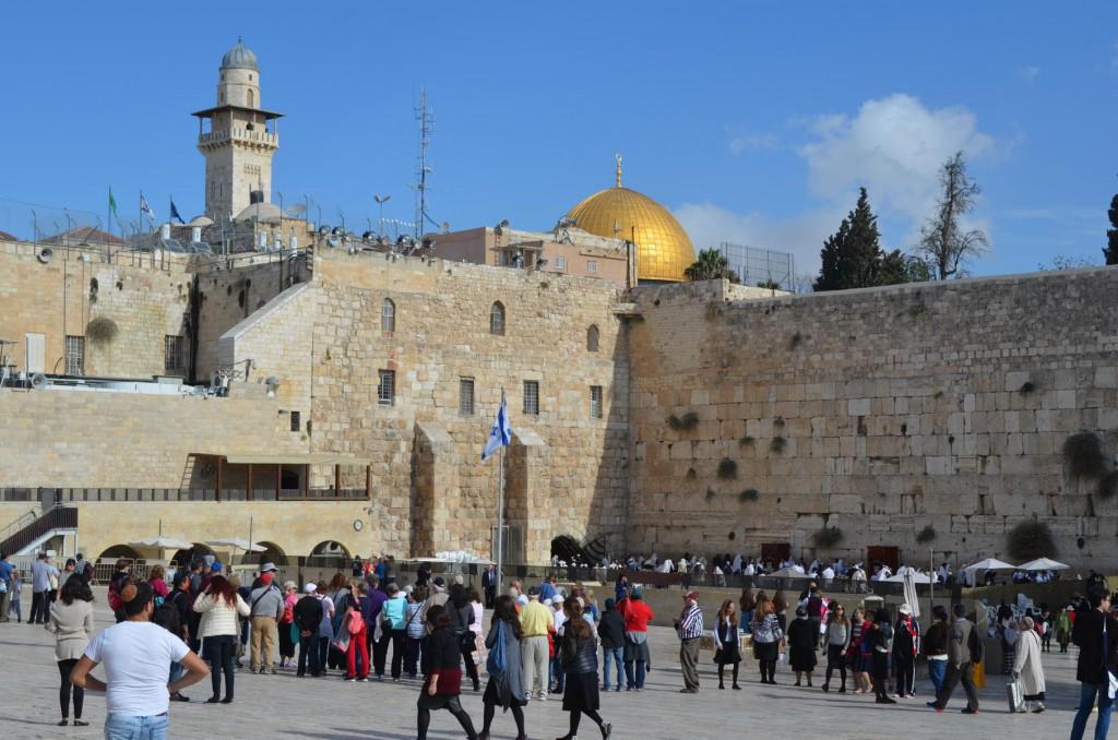 Buntes Treiben an der Klagemauer von Jerusalem