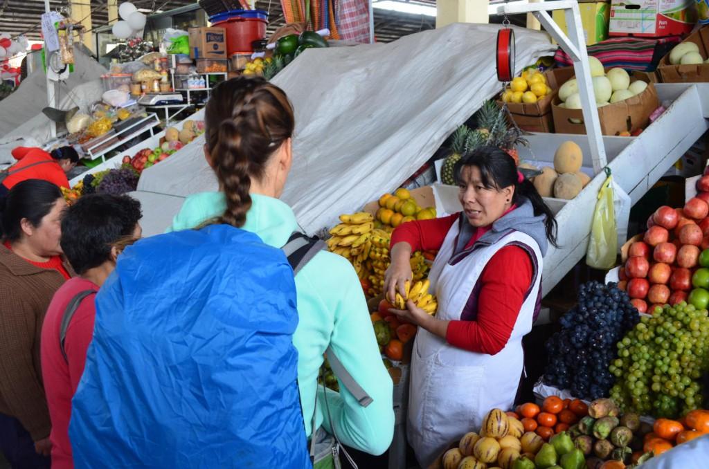 Frisches Obst in Hülle und Fülle auf dem San Pedro Market in Cusco. Es darf verhandelt werden!