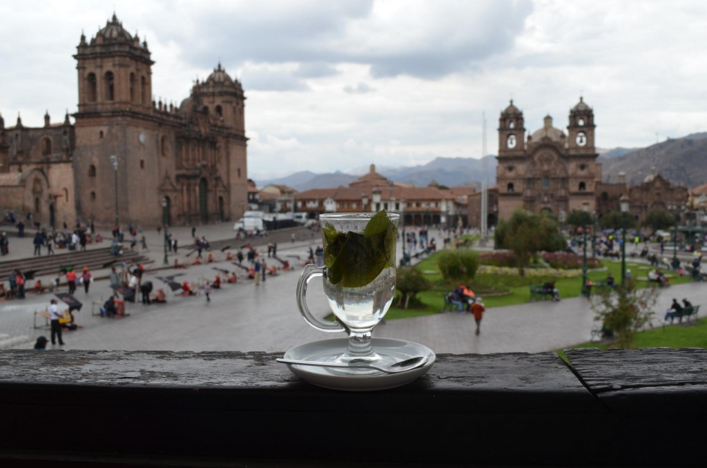 Koka Tee mit Ausblick auf den Plaza de Armas in Cusco.