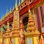 Kunterbunt statt Gold: Thanboddhay Pagode in Monywa.
