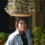 Straßenverkäuferin bei Monywa in Myanmar.