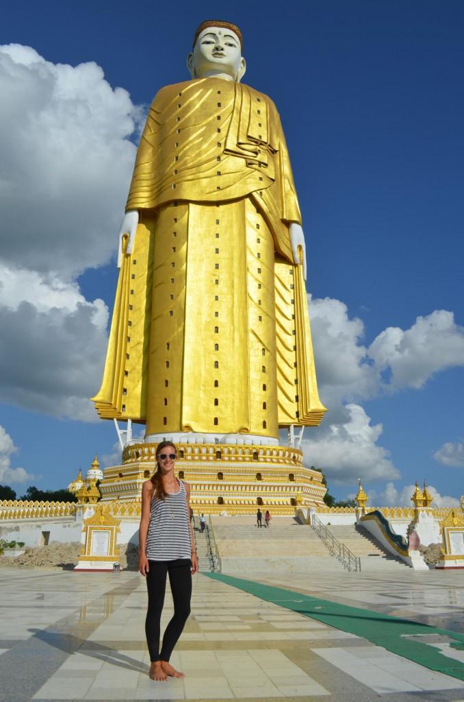 Und auf ein Mal fühlt man sich ganz klein: Am Fuße des Riesenbuddhas Kyun Sat Kyar in Monywa.