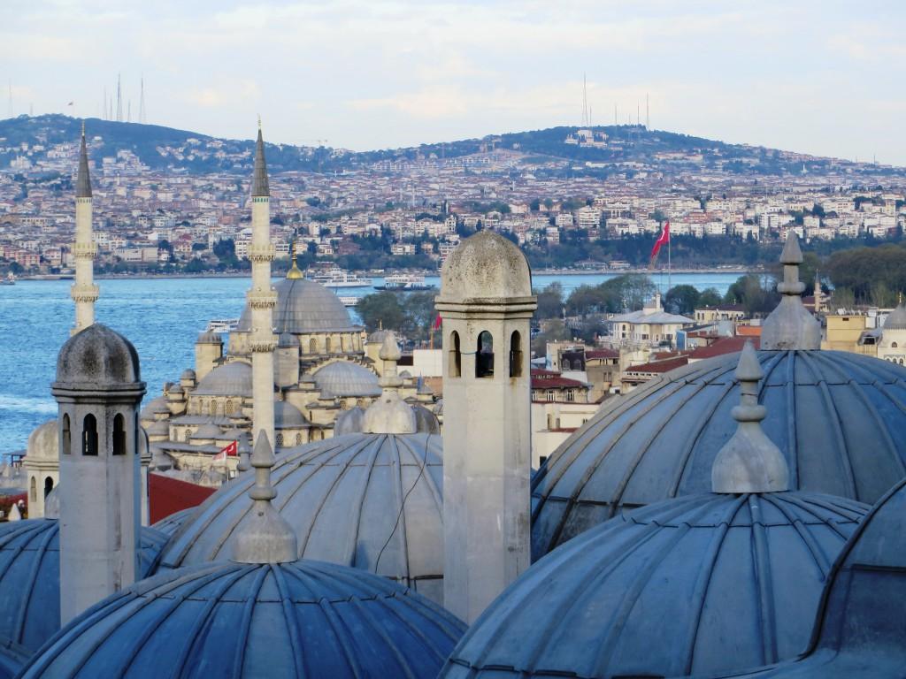 Über den Dächern der Süleymanıye Moschee in Istanbul.