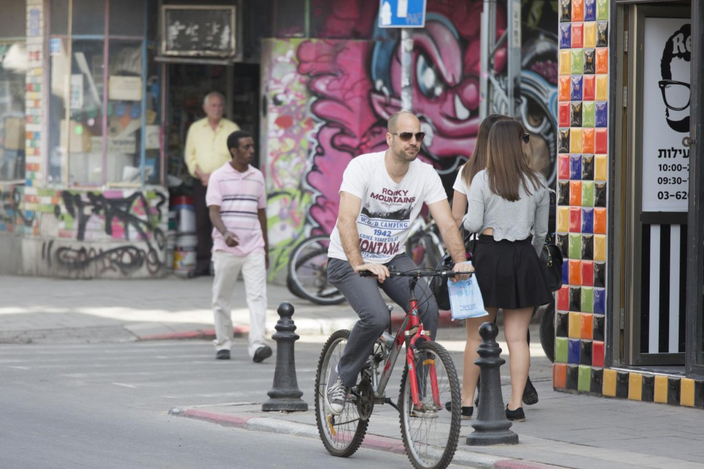 Mann radelt durch Tel Aviv - © Robert B. Fishman, ecomedia