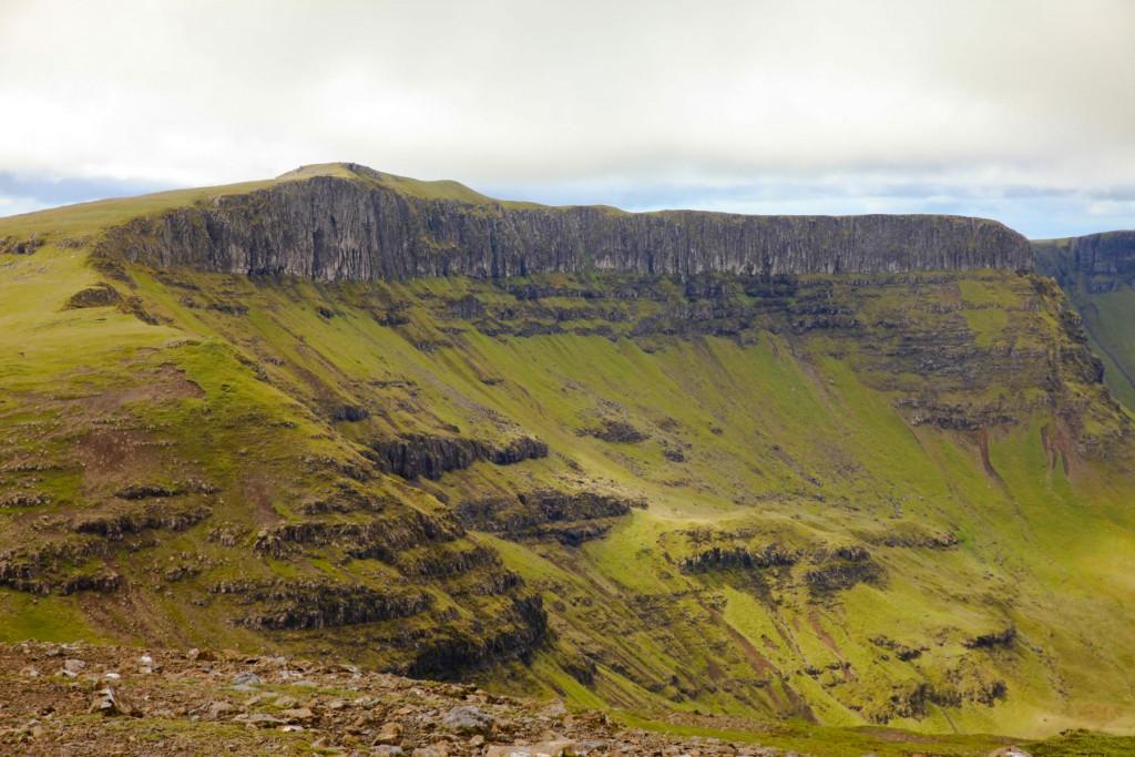 Imposante Felsformationen auf der Wanderung zum Gipfel von The Storr