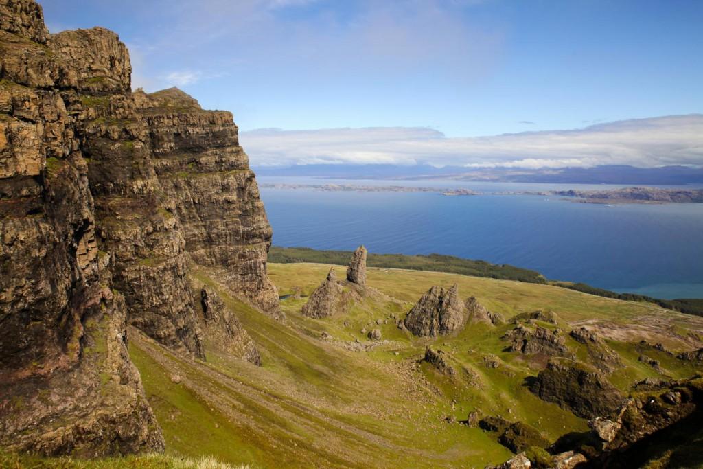 Blick auf den Old Man of Storr und das Meer vom The Storr Gipfel
