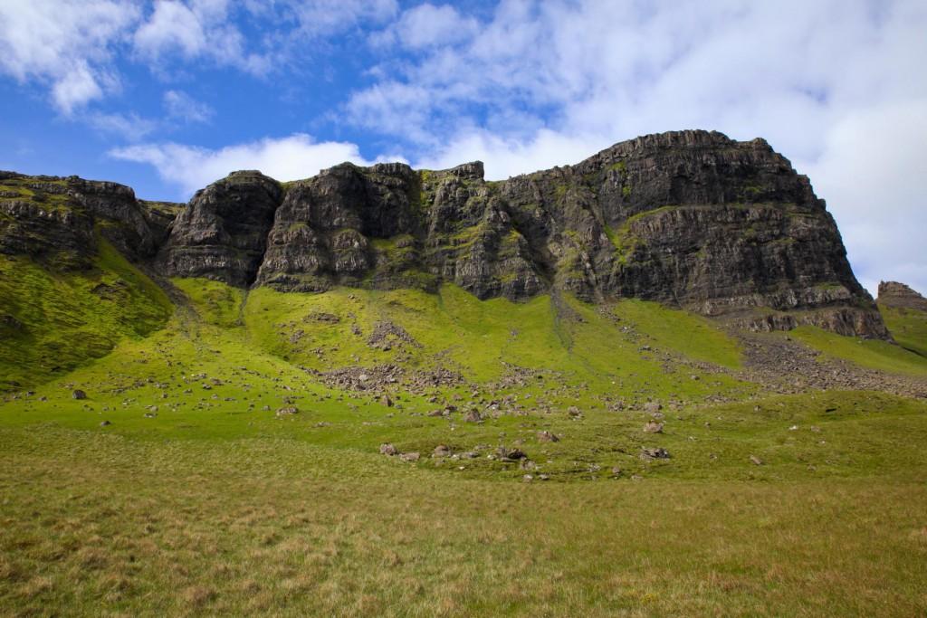 Abstieg über eine Felsenscharte und über moorige Wiesen
