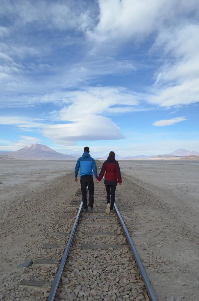 Auf dem Weg nach Chile: Entlang der Bahngleise und vorbei am Ollague Vulkan.