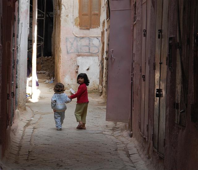 Kinder in den Straßen von Marokko