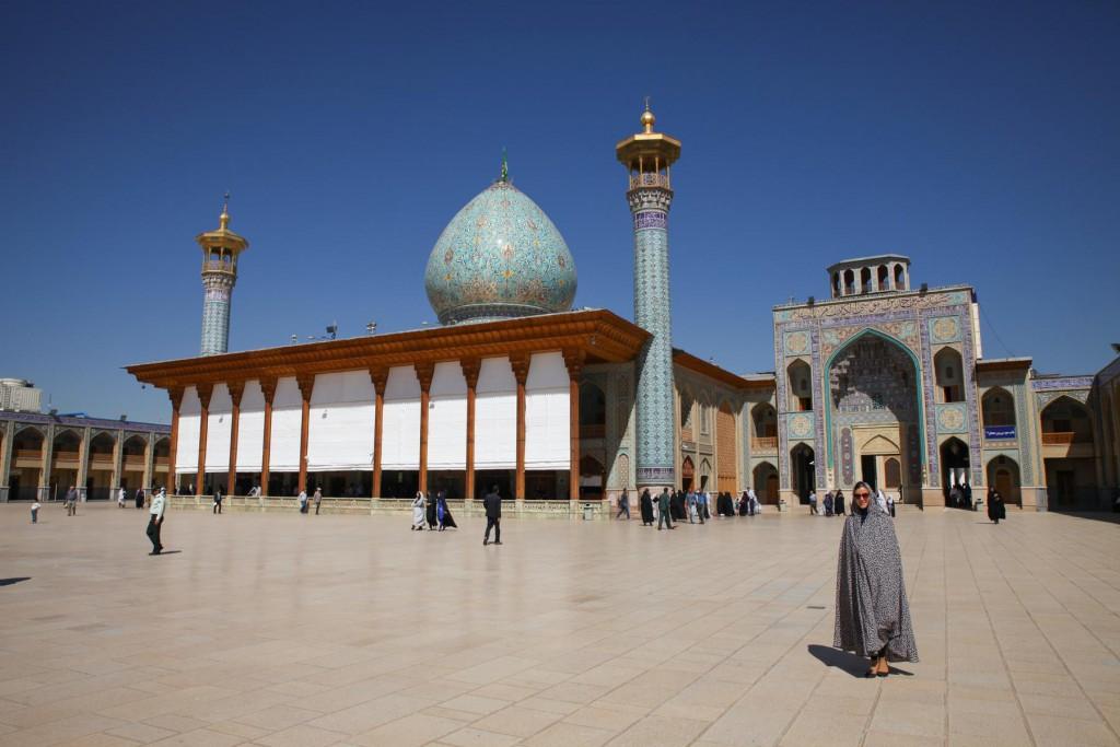 Backpacking Iran: Ins Schah Tscheragh gehts für Frauen nur im Chador