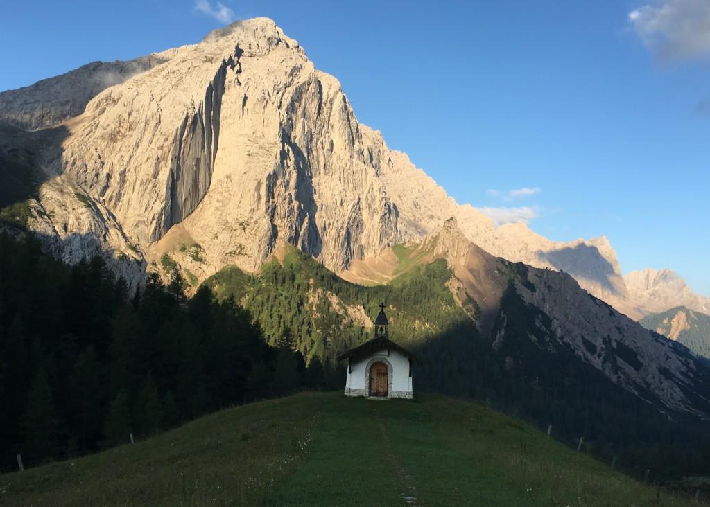 Morgengrauen im Karwendel: Kapelle mit Blick auf den Kleinen Lafatscher
