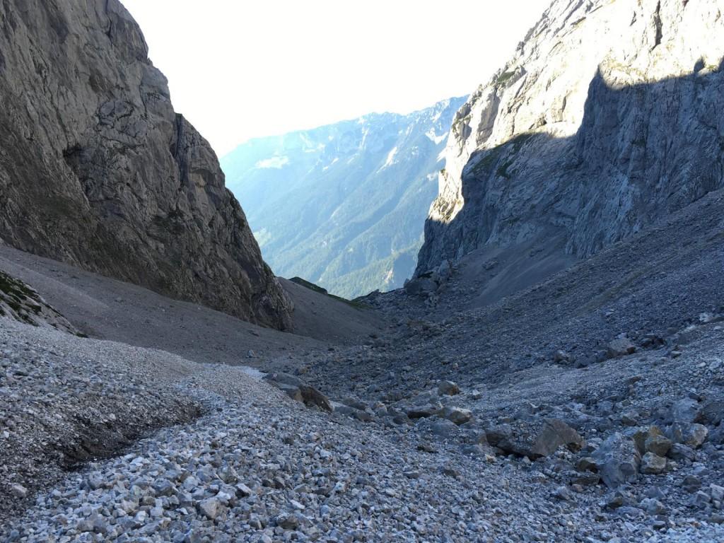 Durch das anstrengende Schuttfeld im Oberer Scharlingerboden