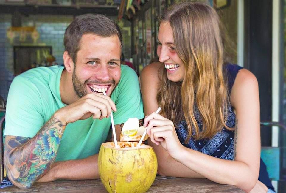 Als Paar um die Welt: Kokusnuss und ZUnganekuss - das Motto von Sara und Marco (© www.loveandcompass.de)