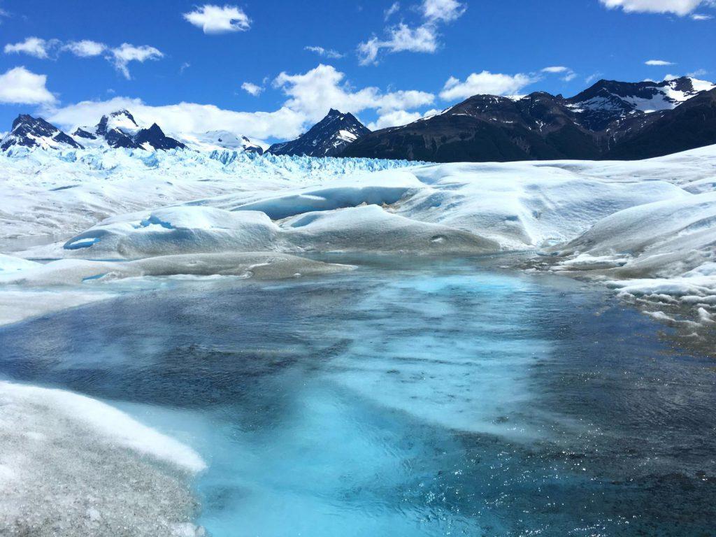 Türkisblauer Gletschersee auf dem Perito Moreno Gletscher in Patagonien