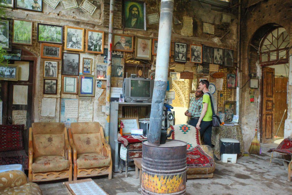 In den Seitengassen des Vakil Basars findest du die schönsten Teehäuser. In diesem hier wurden die Wände mit iranischen Gedichten zugepflastert