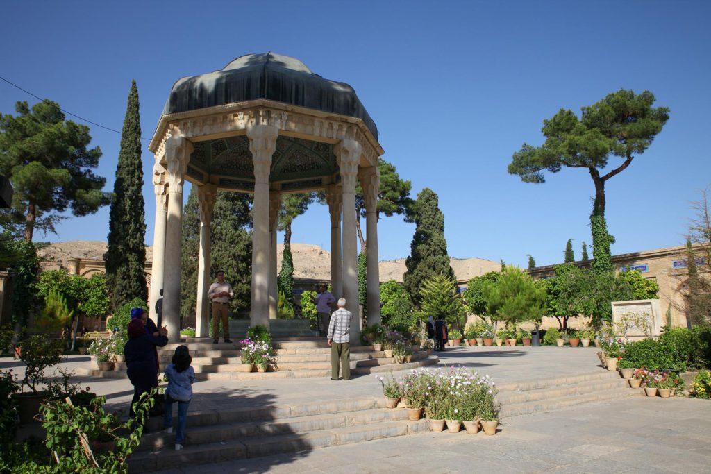 Reisetipp Shiraz: Das kunstvolle Hafis Mausoleum lädt zum Flanieren und Verweilen ein.