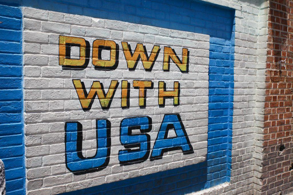 Außenmauern der amerikanischen Botschaftsgebäudes in Teheran: Sind die Anti-Amerika Graffitis wirklich ernst gemeint?