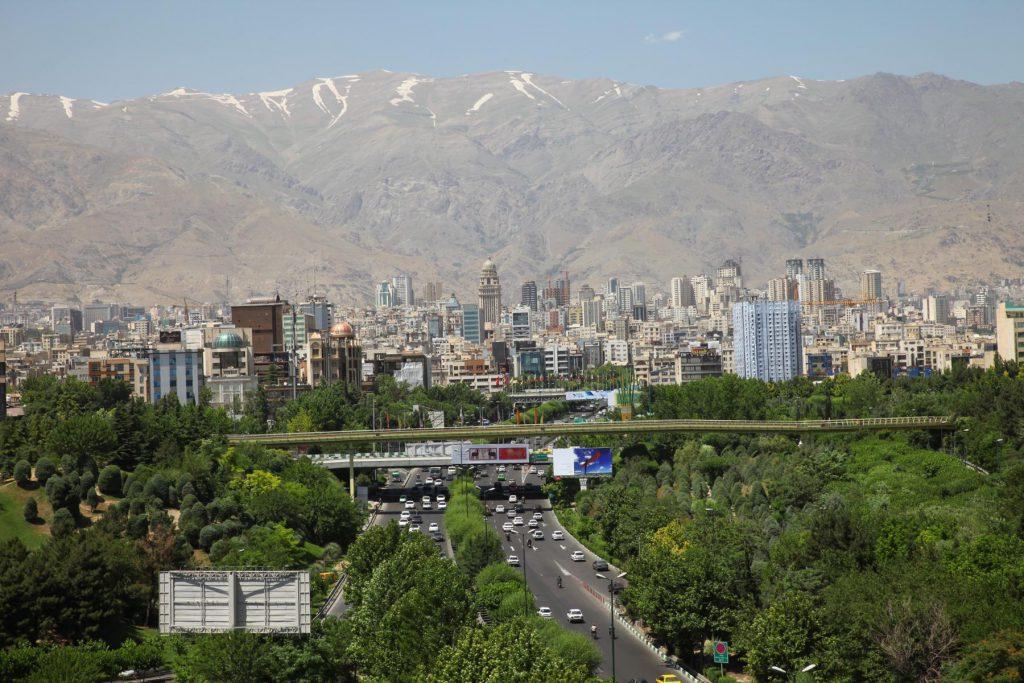 Teheran und die Berge: Panorama Blick von der Tabiat Bridge.