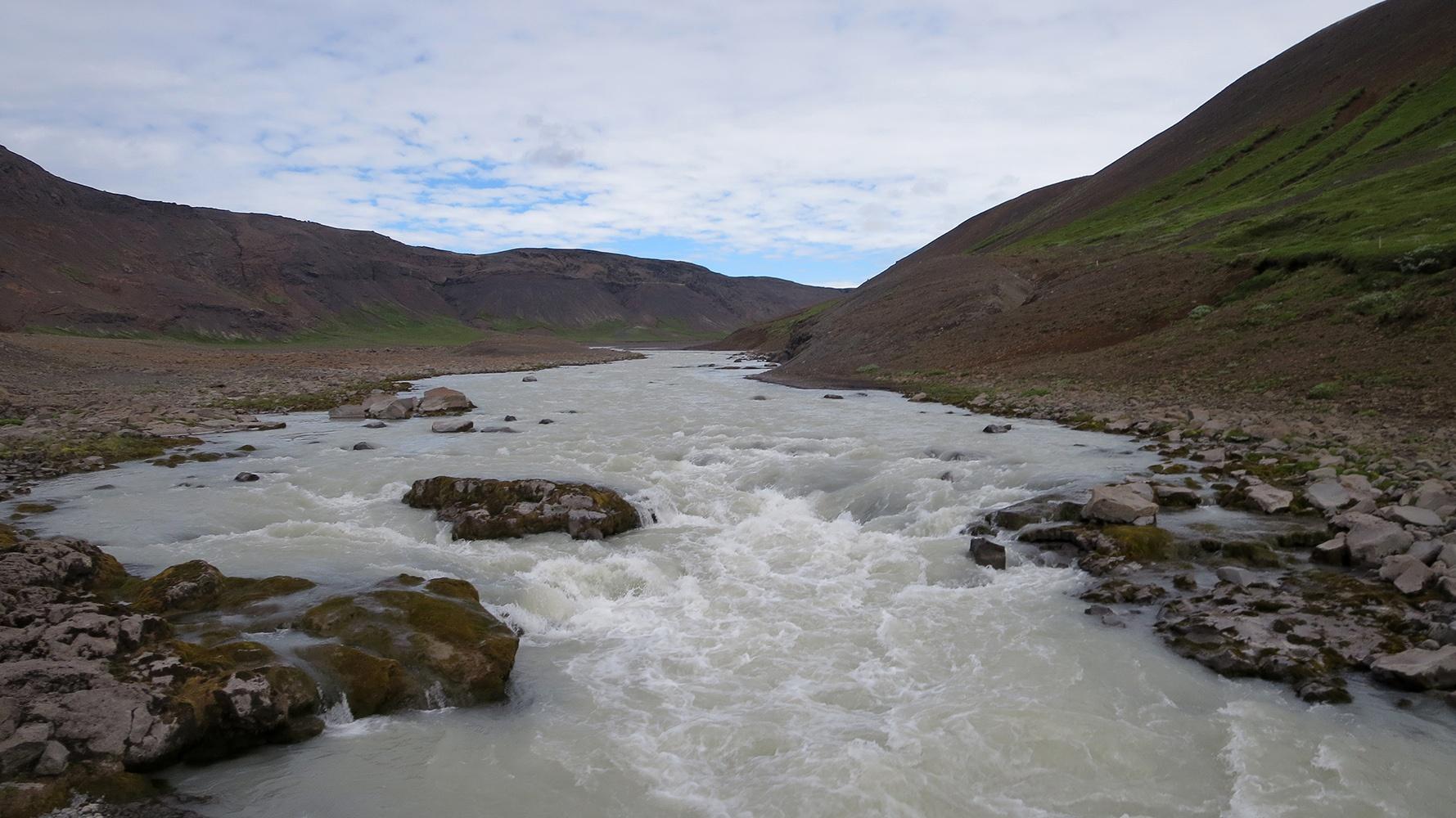 Zu Fuß durch Island: Flussüberquerung gehören auch dazu.