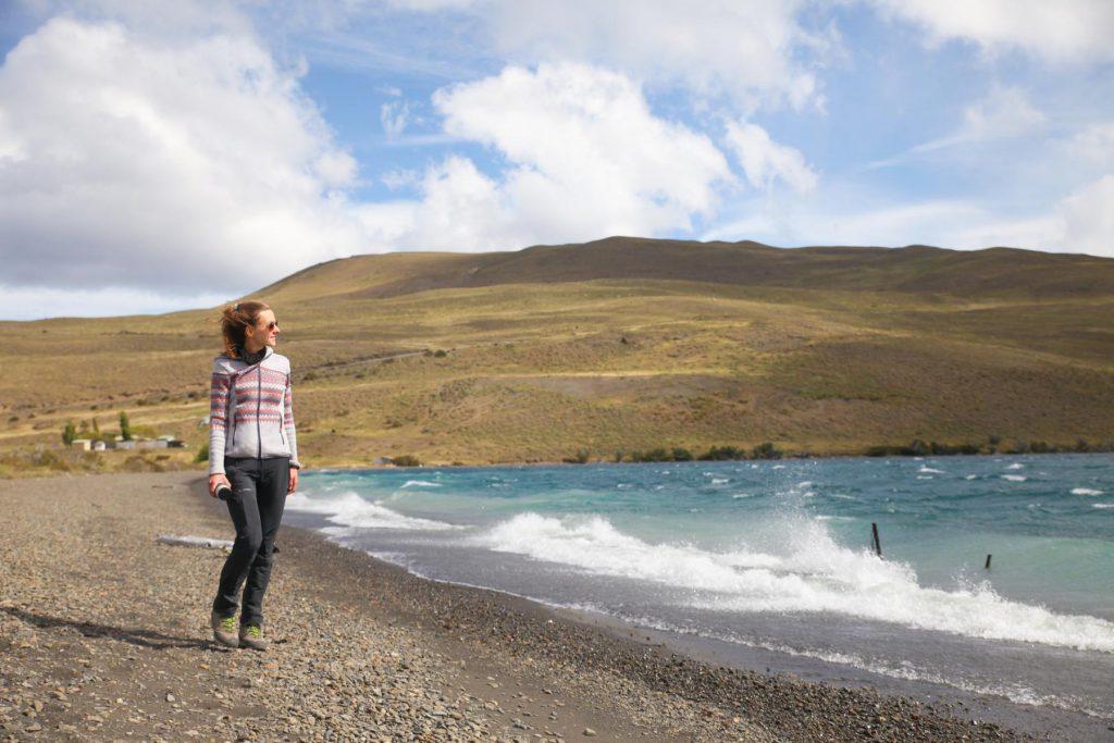 Bei gutem Wetter kannst du bei einem Uferspaziergang an der Laguna Azul bis zu den Torres sehen.