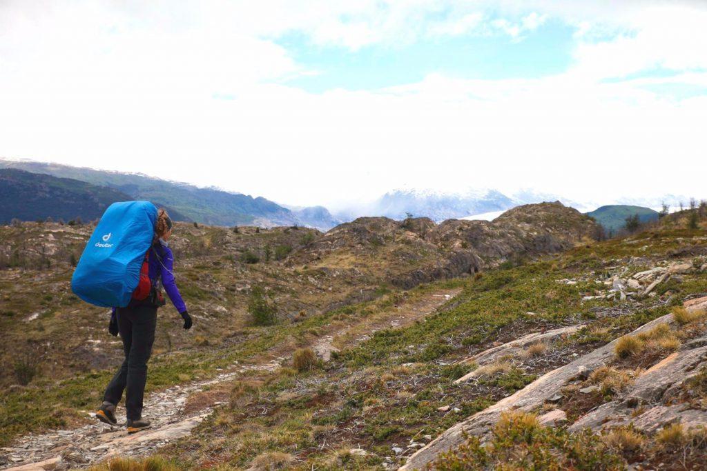 Trekking im Torres del Paine Nationalpark: Wohin will der riesige Rucksack mit der armen Frau?