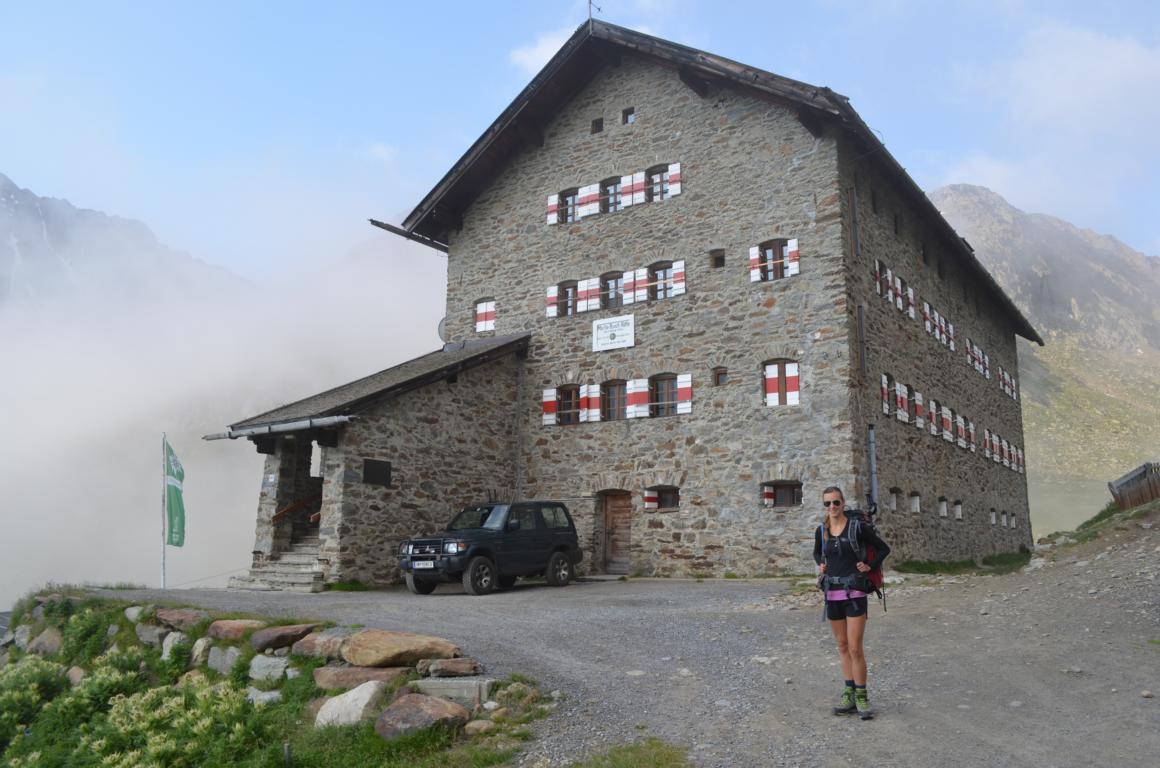 Vor der Martin Busch Hütte im Ötztal: Übernachten wo der Ötzi wohnt.
