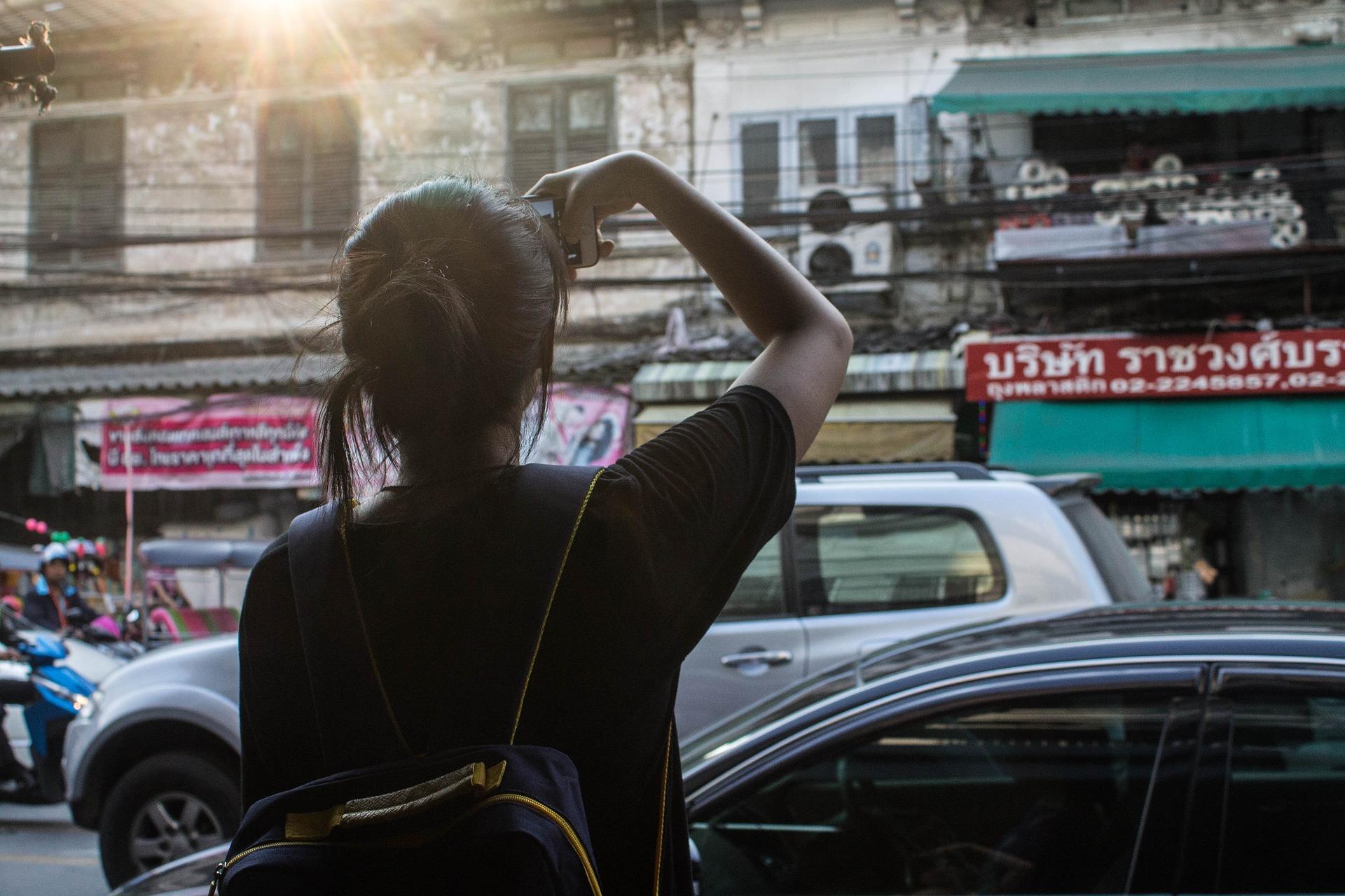 Reisen nur mit Handgepäck: Stadt erkunden ohne großes Gepäck.
