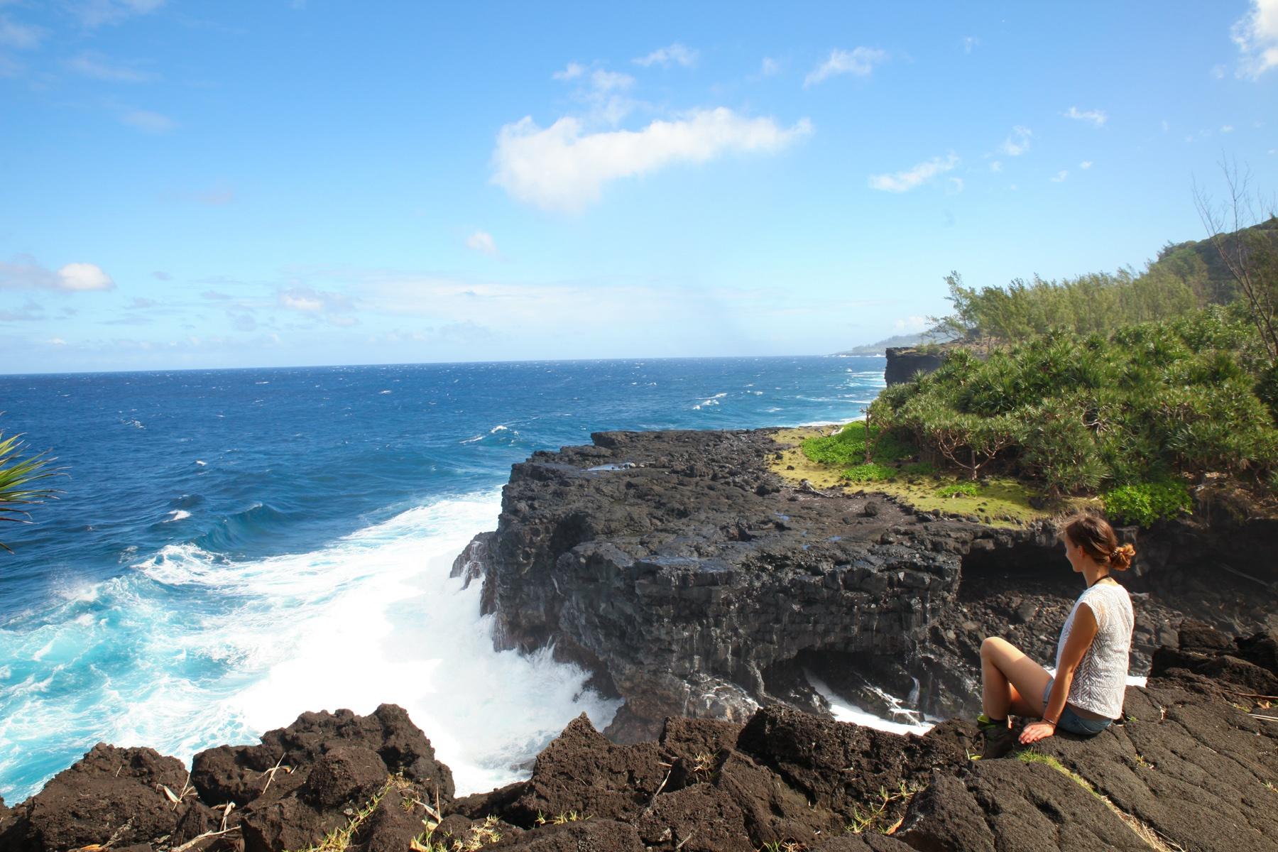 Lava trifft auf Ozean: Die zerklüftete Küste von La Réunion lädt zum Wandern und Verweilen ein.