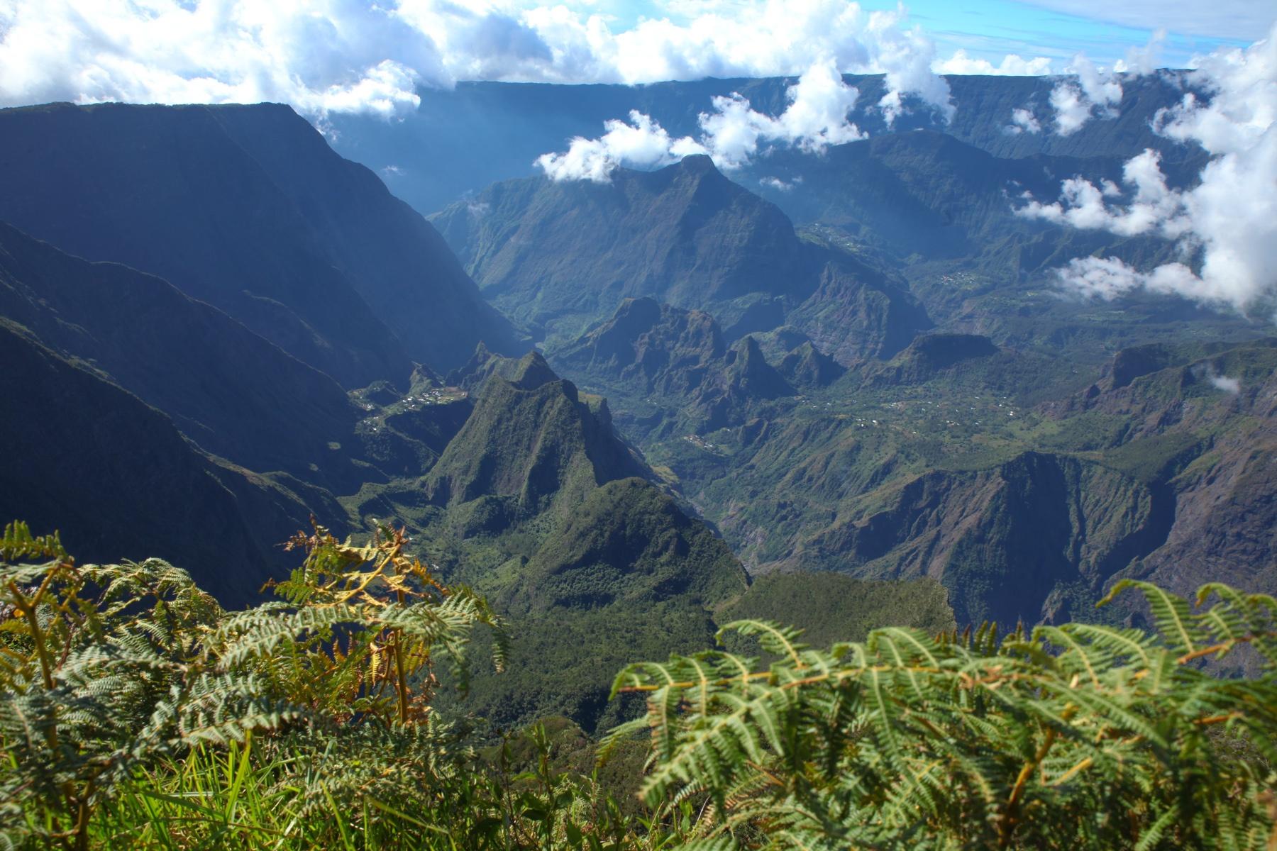 Die zerklüftete Berglandschaft von La Réunion erkundest du am besten autark mit dem Zelt!