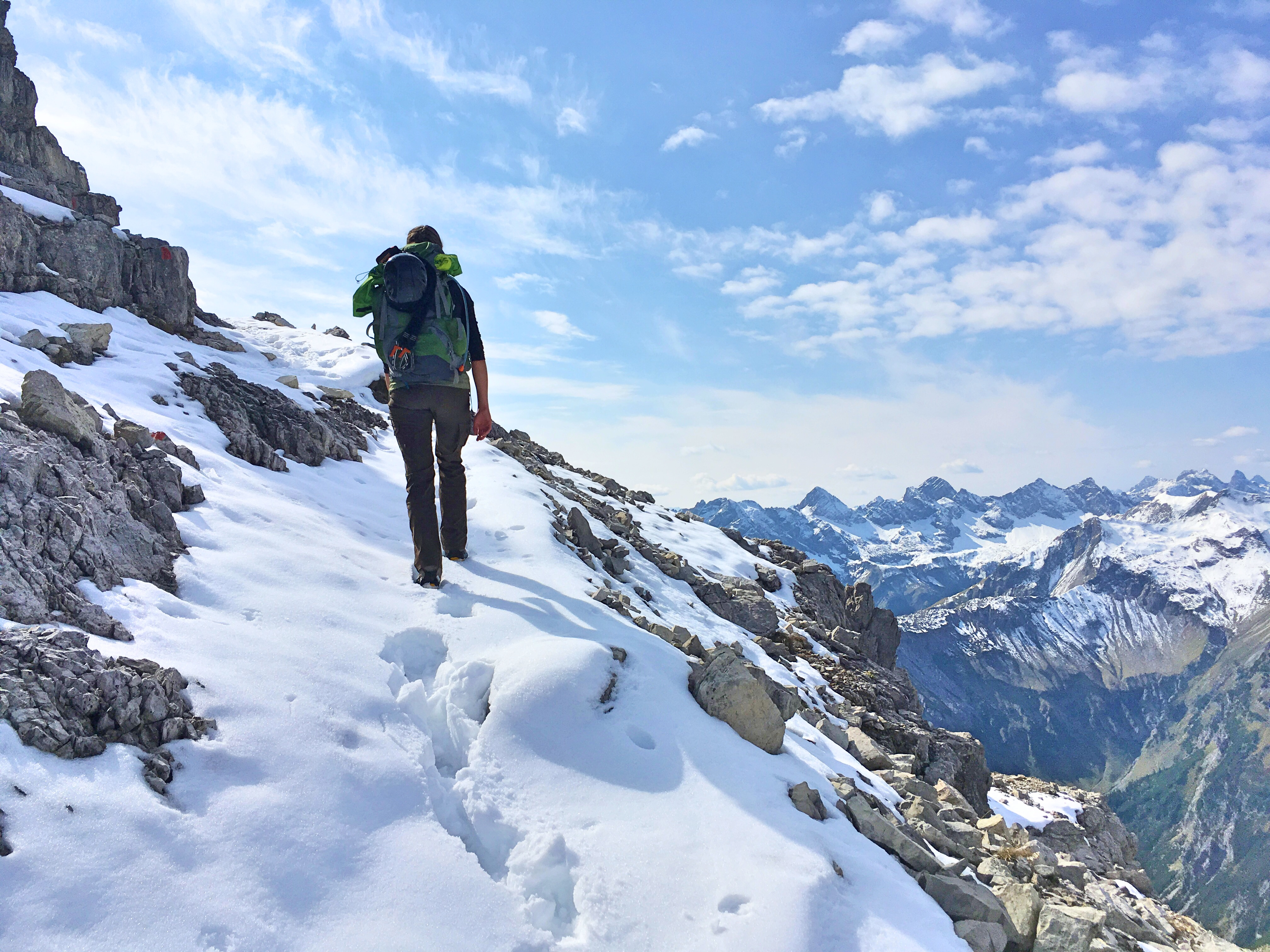Bergtour Hochvogel: Auf dem Gipfelanstieg liegt ordentlich Schnee, Steigeisen können das Wandern erleichtern.