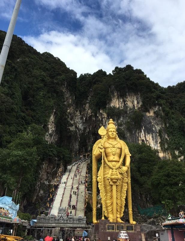Goldene Hindu-Statue vor den Batu Caves