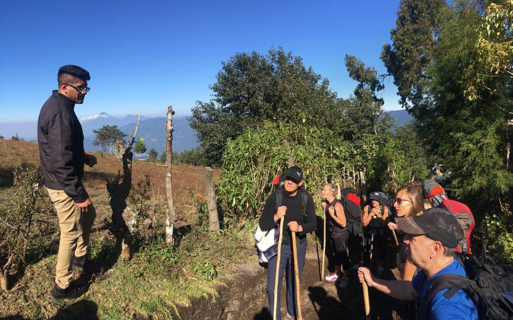 Acatenango Vulkanwanderung: Vor dem Start der Wanderung gibt es noch eine Sicherheitseinweisung.