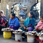 Frauen verkaufen Opfergaben am Swayambunath Tempel