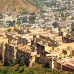 Blick auf das Amber Fort von der Festungsmauer