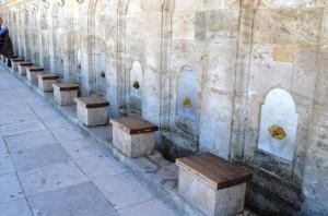 Wasserspender an der Moschee