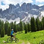 Mountainbiken mit Blick auf den Rosengarten