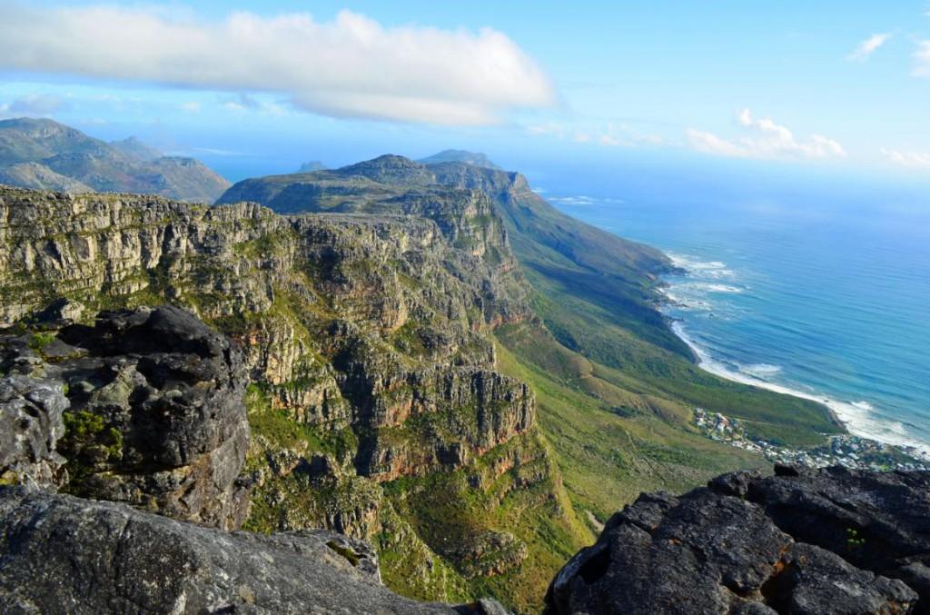 Das Plateau des Tafelbergs bietet einen 360° Panoramablick auf Kapstadt. Hier: Blick auf das Atlantic Seaboard.