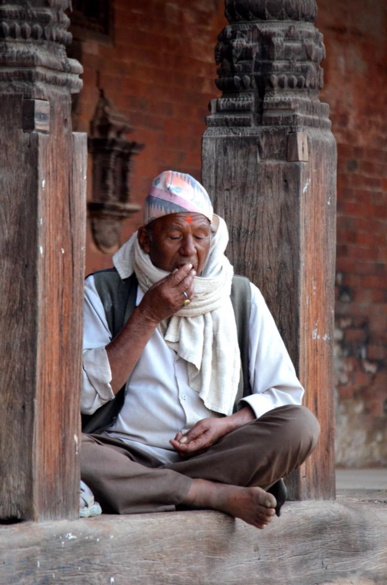 Mann in den Straßen von Bhaktapur Nepal