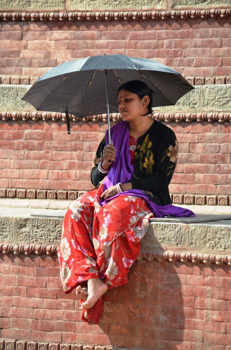Frau auf den Treppen Patans, Nepal