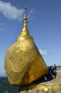 Nur ein Haar Buddhas schützt den Goldenen Felsen angeblich vor dem Absturz.