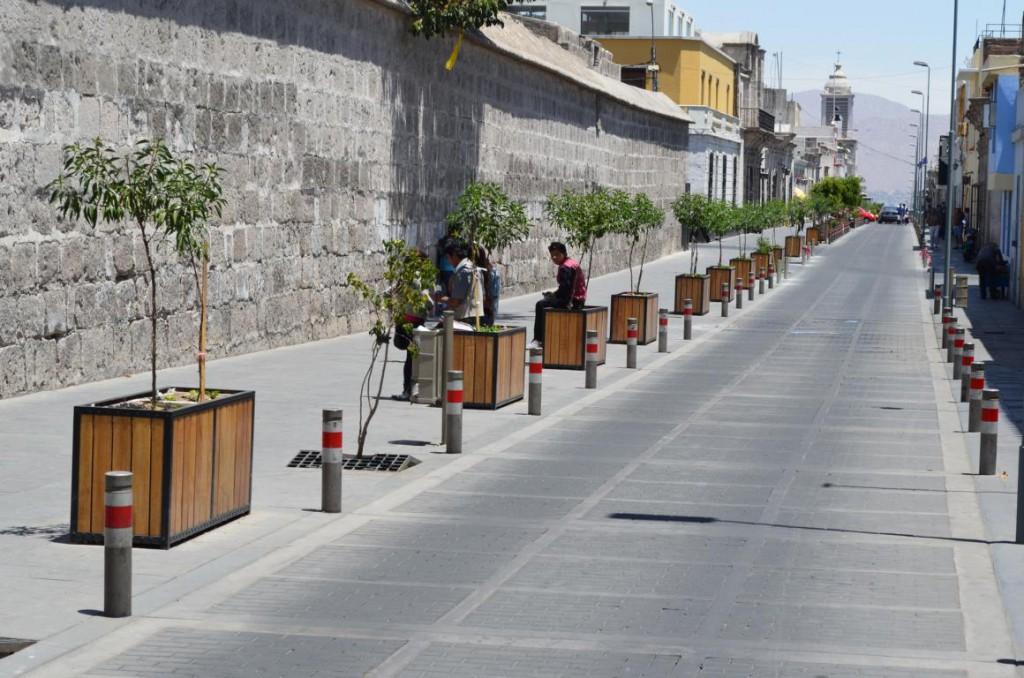 Unterwegs in Arequipa: Die Klostermauer dominiert das Stadtbild.