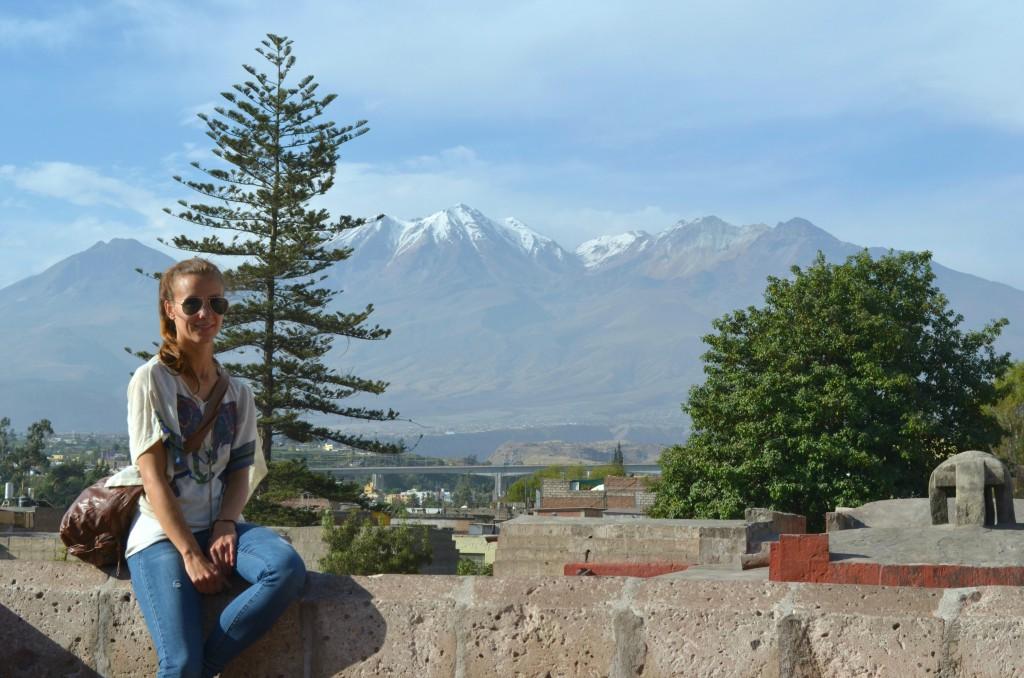 Blick vom Dach des St. Catalina Klosters auf die vulkanische Feuerkette.