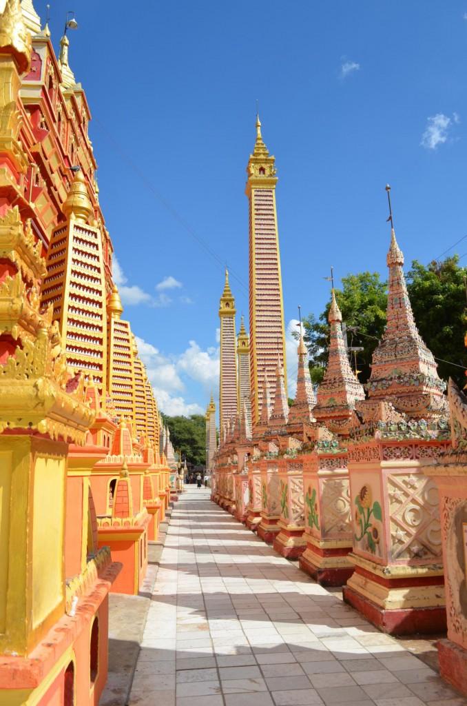 Kunterbunte Säulen voller Buddha-Figuren in der Thanboddhay Pagode in Monywa.