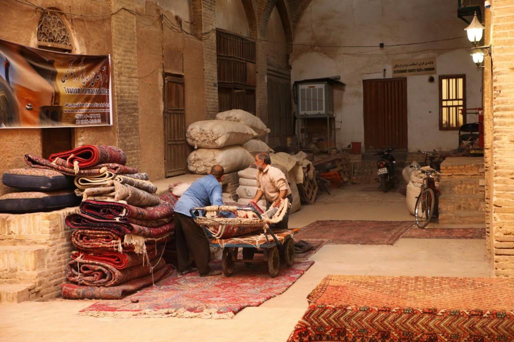 Reisetipps Yazd: Teppichverkäufer auf dem Basar von Yazd