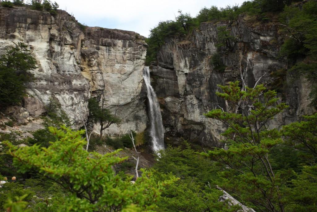 20 Meter tief stürzt der Chorillo del Salto aus der Felswand