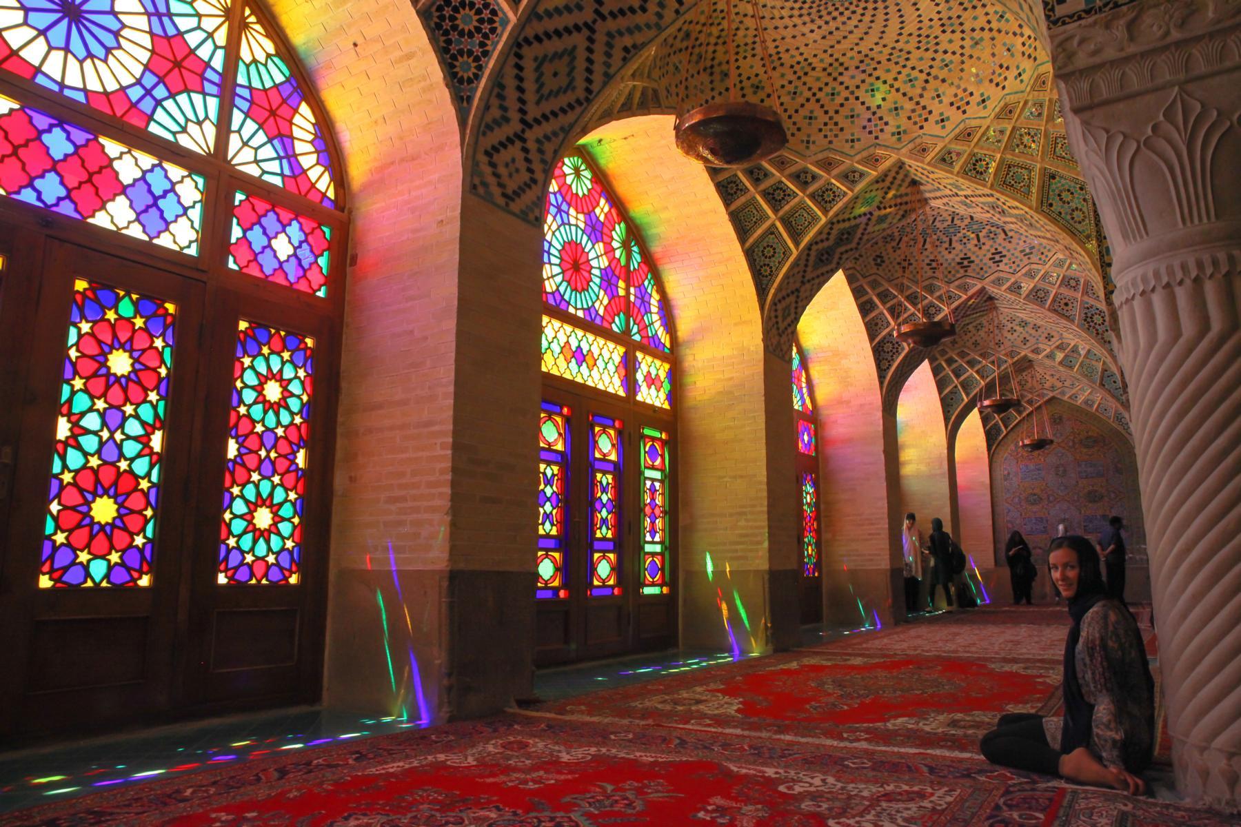Reisetipps Shiraz: Die Wintergebetshalle der Nasir al Molk Moschee mit ihren lichtdurchfluteten Buntglasfenstern.