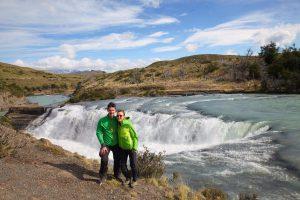 Rund um die imposanten Cascade Paine habe sich zahlreiche Guanacos niedergelassen.